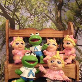 Kermit,Miss Piggy, and the kids family portrait 2009