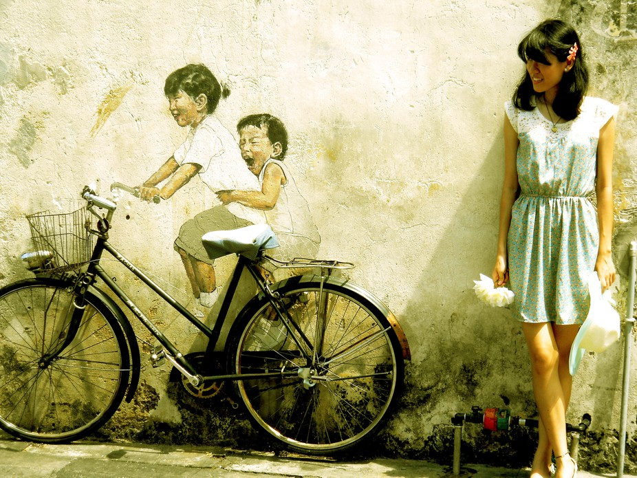 Posing with the lovely mural painting in Penang while exploring all the artistic streets here.