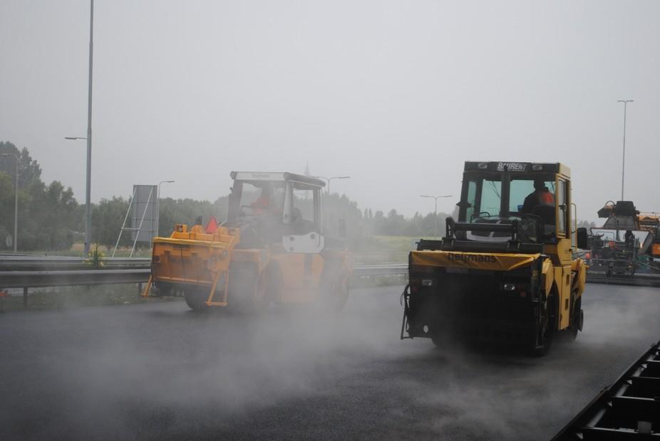 Aanleg van een nieuwe laag asfalt op de A2 te Nieuwegein