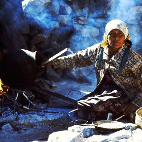 A woman from Umariza in La Sierra Tarahumara Chihuahua, Mexico. Toasting corn to make Pinole for eat or drink to kill the thirst in the summer is...