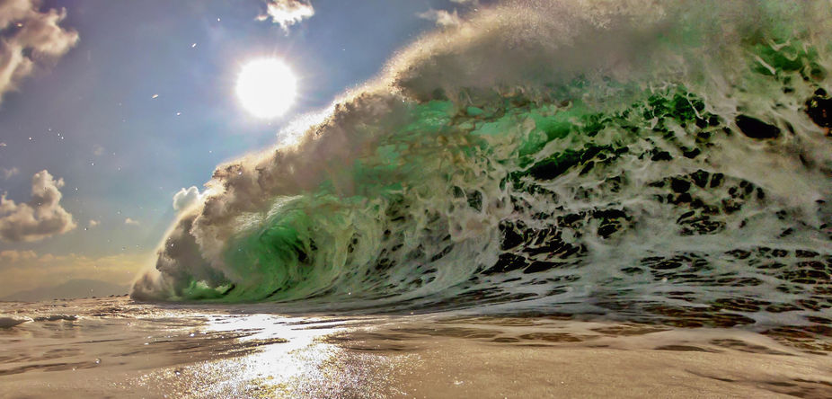 Powerful winter shore break wave on the North Shore of Oahu, Hawaii.