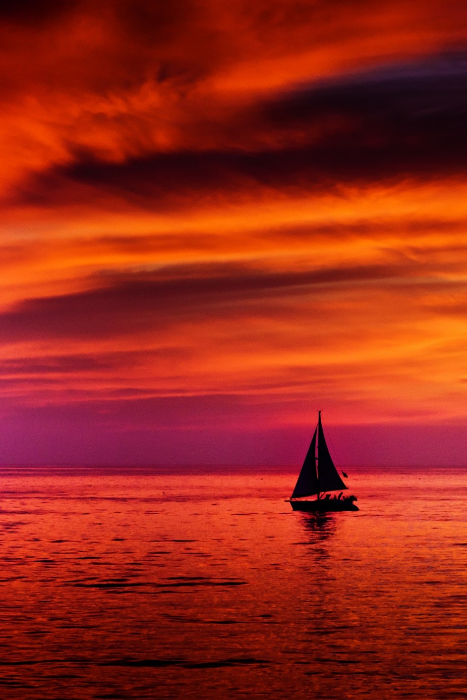 A boat sailing during the one of the most beutiful sunset which I have ever seen at Venice Beach, CA