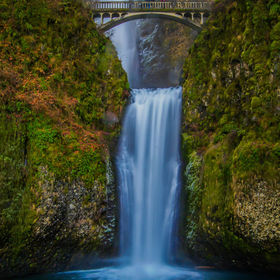 this is our most famous and most photographed and visited falls in the Gorge out here in Oregon. this is Multnomah Falls