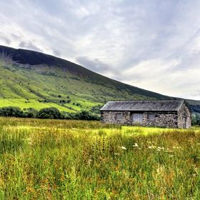 A barn in Wasdale in front of Lingmell Fell