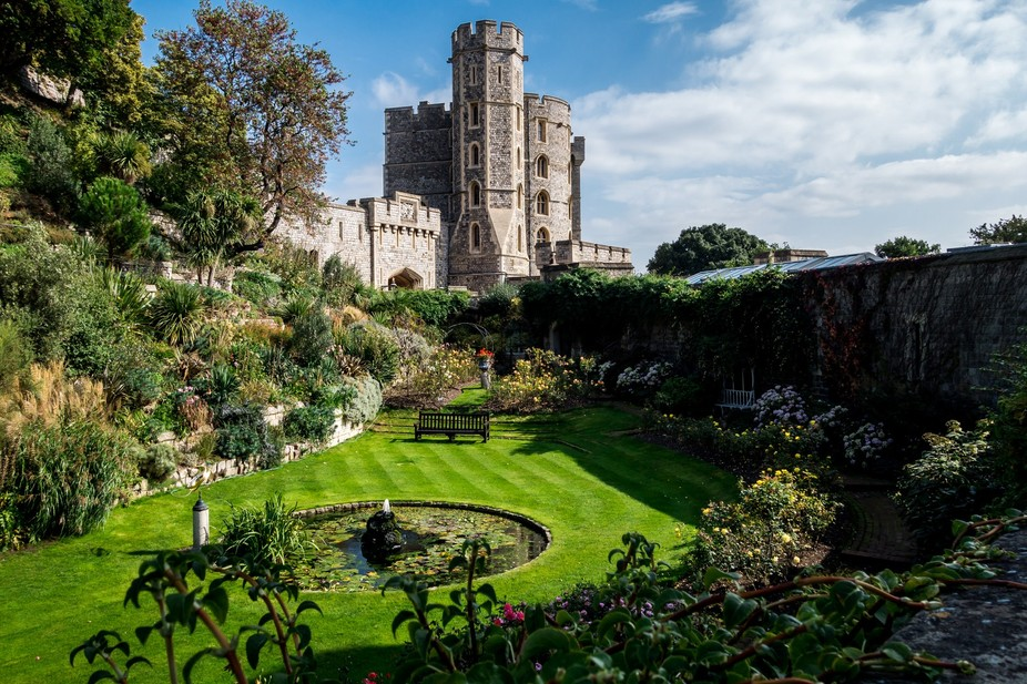 The English do castles well and gardens well.  Put those two together and you get this photo.