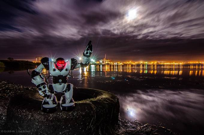 Hey! Looking to the moon! by q-liebin - 300 Toys Photo Contest
