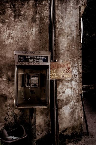 υπάρχει τηλέφωνο εδώ; (Is there a telephone here?)