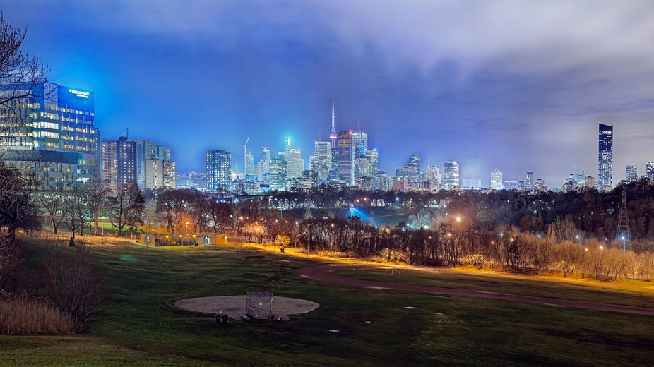 Passing by the valley of Toronto, looking around and this spectacular view come to me as a differ...