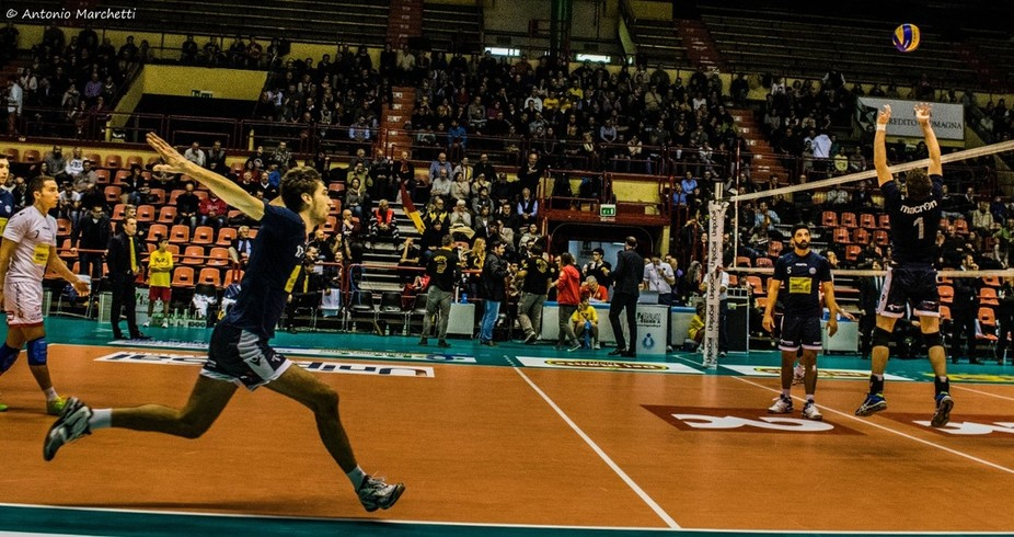 Luca Vettori, warming up before the match.   The player looks like he's ready to take off.  30.11.2104  CMC Ravenna - Modena Volley