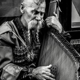 Picture of a traditional cossack with zither playing on the street. Foto de un cosaco tradicional con una cítara tocando en la calle. Shooted ...