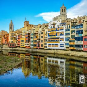 Picture of the Cathedral side of Girona from a bridge over Onyar's river. Foto de el lado de la Catedral de Girona desde un puente encima del rio...