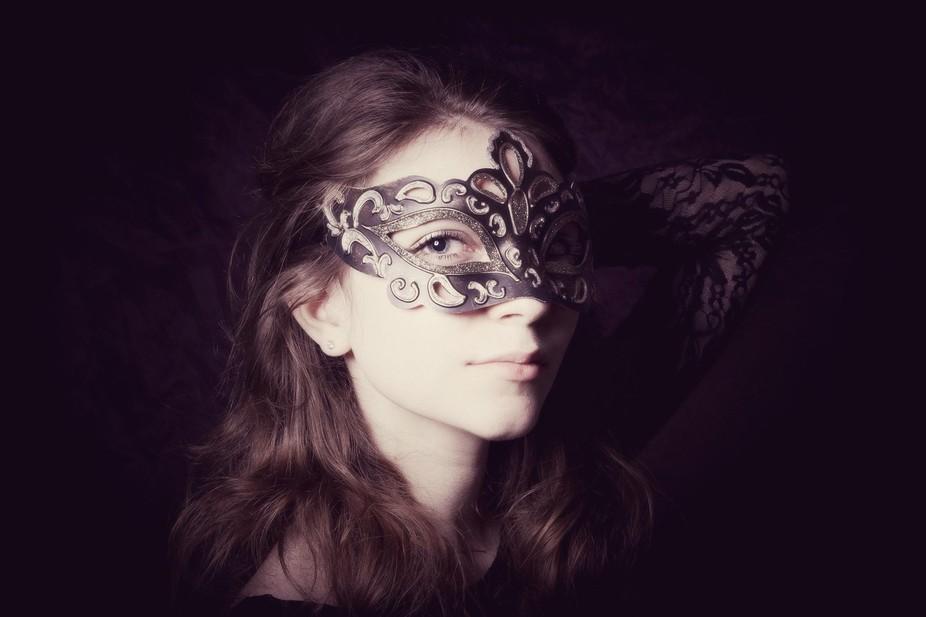 Single speed light & soft box, venetian-style mask