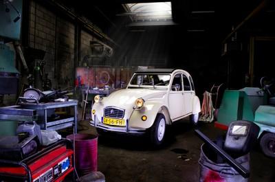 Lelijke eend, Citroën 2CV night shoot at machine factory, painting with light