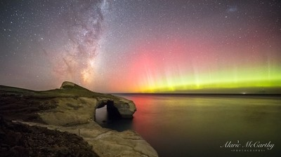 Tunnel Beach, New Zealand aurora - Alaric McCarthy