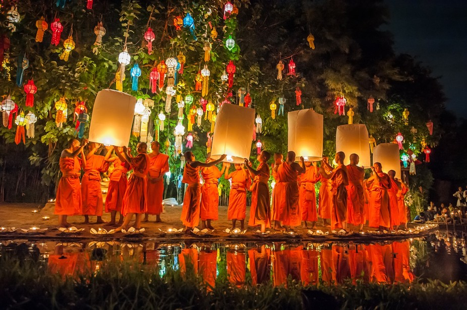 Buddhist monks releasing Chinese paper lanterns at the loy krathong festival of light, Chiang Mai...