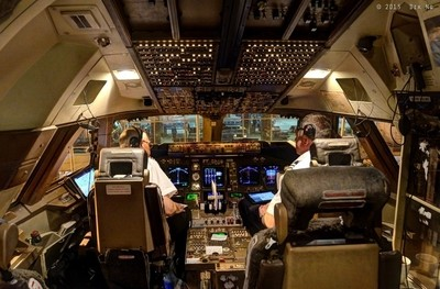 Cockpit of a Boeing 747-400