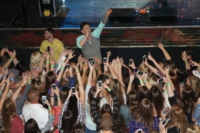 Michael Ray performing in the crowd