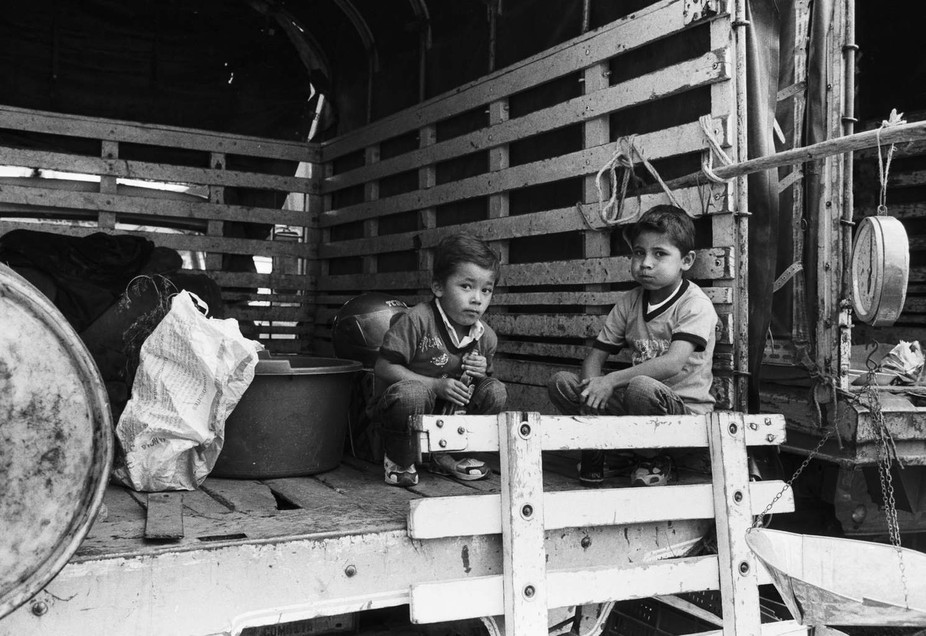 Children on a truck in the marketplace. Nikon FM, 50mm f1,4 AIS, TMax 400 in XTol 1:3