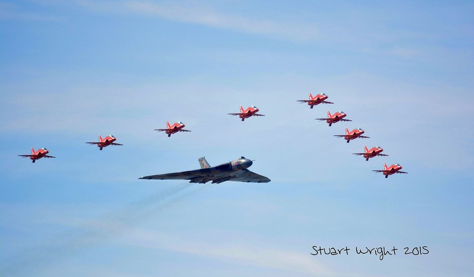 The end of the only airworthy Avro Vulcan, the final arrow formation flyby at Southend airshow se...
