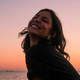 BRAZILIAN GIRL I MET WHILE FOTO A SUNSET.LIKE MOST BRAZILIAN PEOPLE ELISA IS VERY RELAXED,HAPPY PERSON