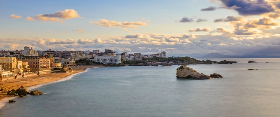 This is why we spend a lot of time waiting for perfect light. Rocher de la Vierge (Biarritz) Hôt...