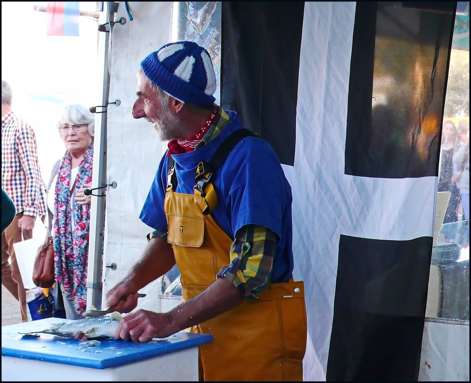 'What an ansum man' friendly fishmonger - note the Cornish flag, used with pride