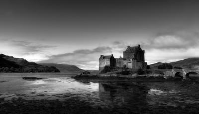Eilean Donan castle mono
