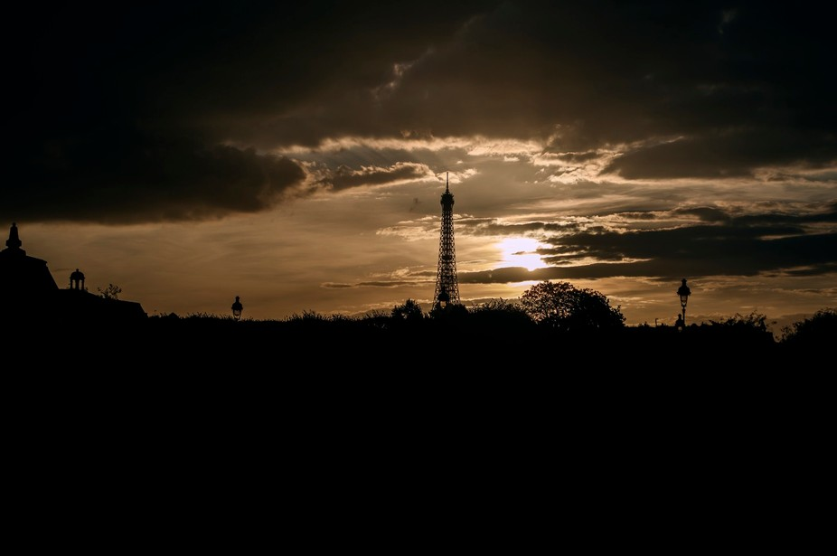 torre eiffel contra luz
