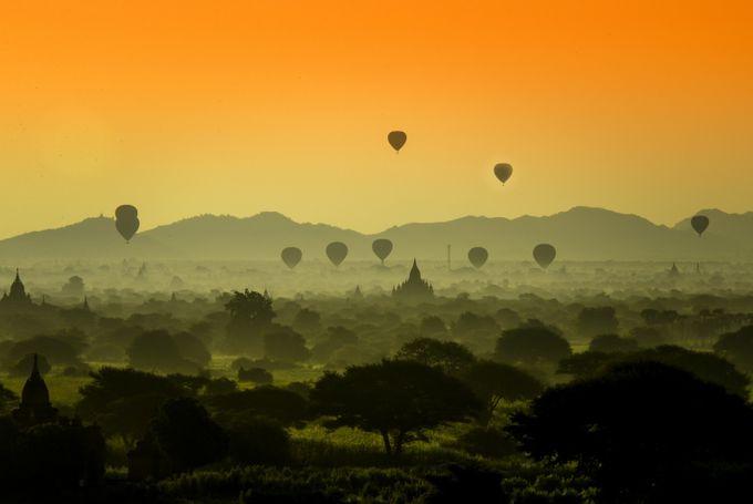 HOT AIR BALLOON OVER FOGGY MORNING by eduardoseastres - Show Balloons Photo Contest