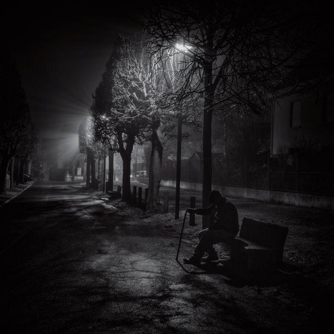 Vieil homme dans la Brume by slydeshaies