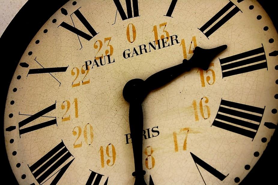 Relógio na estação de caminhos de ferro português. Clock at the station of Portuguese railways.
