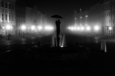 kissing students fountain in fog