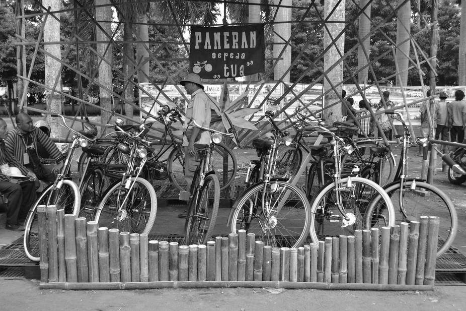 Sebuah pameran sepeda onthel yang mengingatka kita betapa berharganya sepeda onthel sebelum era 90.