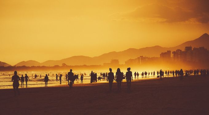 Crowd on the beach by rafaelbertacini
