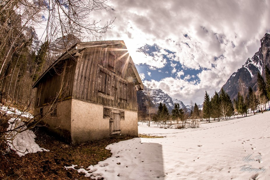 A lonely blockhouse in the swiss alps. Found it at 18°C. Had to hurry for the last snow.