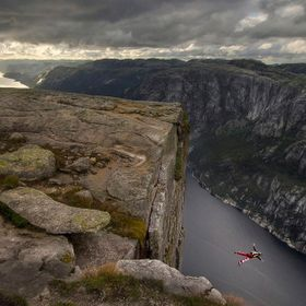 Base-jumper on Kjerag.