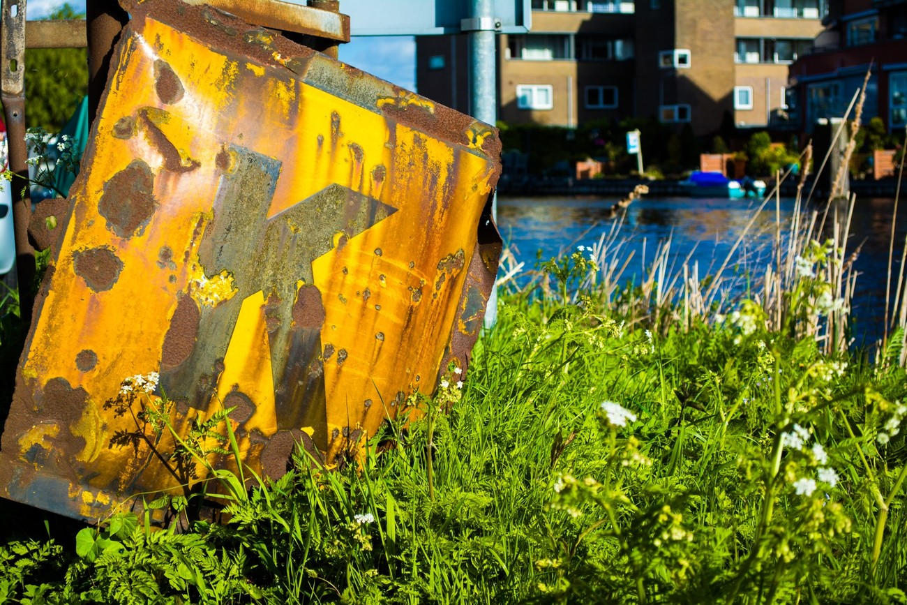 A rusty sign, along the river near Amsterdam
