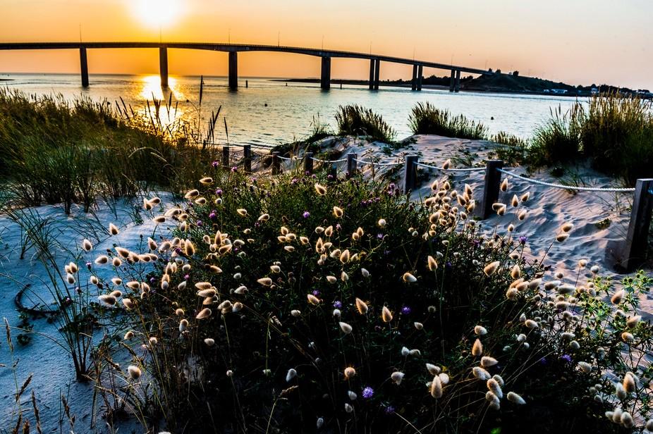 Coucher de soleil vue depuis la plage de Fromentine avec le pont de Noirmoutier à l'horizon