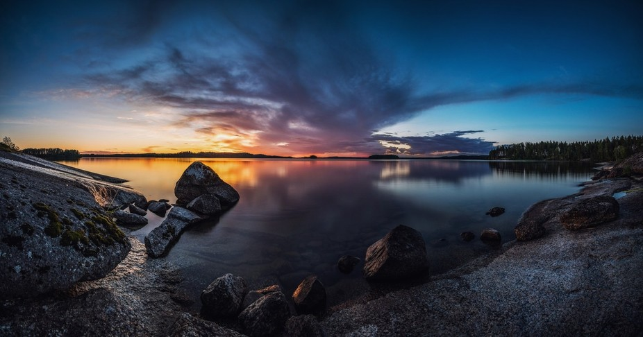 Hour after sunset and 12 photos later is the result of this panorama. 30 second single exposures ...