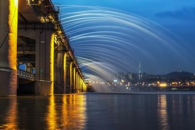 Banpo Bridge Fountain Show at night