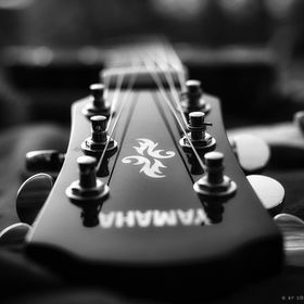 Black and white shot of a Yamaha guitar. Taken at the Herrengarten in Darmstadt during a nice afterwork session.