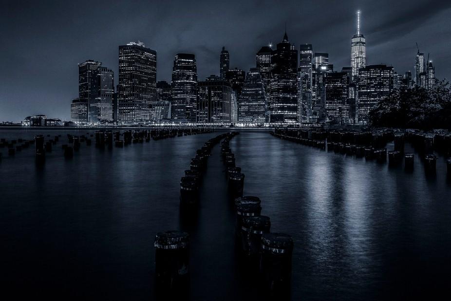 Manhattan Skyline fom Brooklyn in black and white