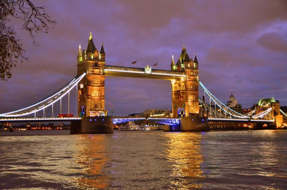 A twilight view of the London Bridge!