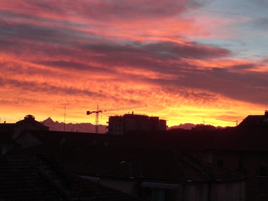 Il tramonto accende l'orizzonte