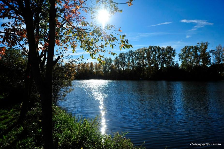 Mooie weerspiegeling van de zon op het water.