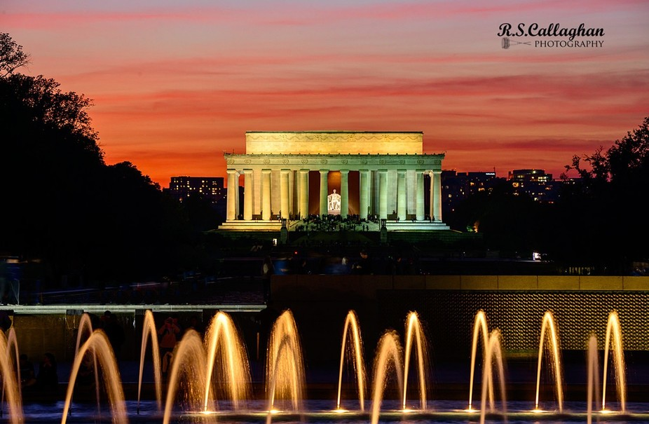 In the foreground are the fountains of the World War II Memorial.