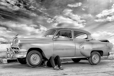 REGLA HAVANA, CUBA - repairing the car, (black and white)