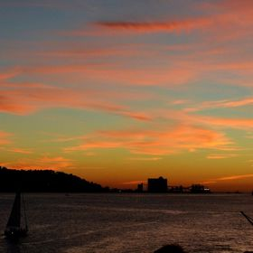 Meantime, while waiting for the moon rising, the sun, on the other side, was giving its end-of-the-day show. Awesome! Lisbon riverside, Tagus riv...