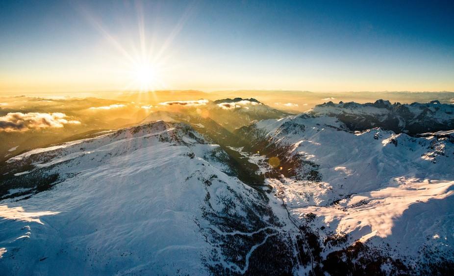 Luftaufnahme vom Hübschrauber der Dolomiten über Passo San Pelegrino mit Sicht auf Lagorai, Lat...