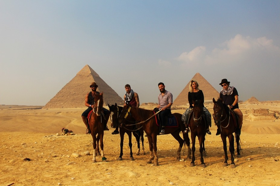 horses, pyramids, sun & friends can never go wrong